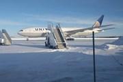 Hàng trăm hành khách chịu lạnh 16 tiếng trên đường băng tại Canada