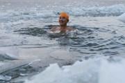 [Video] Người già ở Trung Quốc bơi trong nhiệt độ nước âm 11 độ C