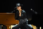 [Video] Alicia Keys vừa hát vừa đánh một lúc 2 chiếc piano