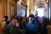 Hình ảnh người biểu tình quá khích khiến Quốc hội Mỹ sơ tán khẩn cấp