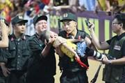 Cảm động chiến sĩ CSCĐ cứu cháu bé bị ngộp thở trên sân Thiên Trường