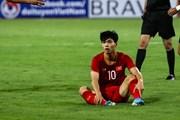 Công Phượng nhiều lần rê bóng bất thành trước hậu vệ Malaysia
