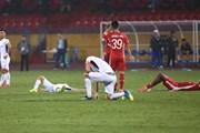 Văn Toàn thất thần, đổ gục xuống sân khi HAGL mất 3 điểm trước Viettel