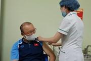 Cận cảnh huấn luyện viên Park Hang-seo tiêm vaccine ngừa COVID-19