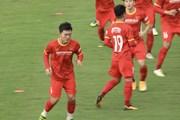 Đội tuyển Việt Nam luyện chơi bóng tốc độ dưới thời tiết khó chịu