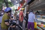 [Photo] Người dân Hà Nội xếp hàng dài để mua bánh Trung Thu