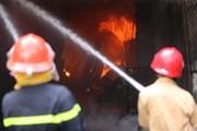[Photo] Cảnh sát căng mình dập lửa tại Khu công nghiệp Sài Đồng