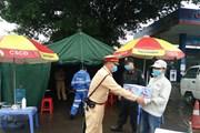 Hình ảnh tổ công tác Hà Nội đội mưa đảm bảo an toàn nơi đầu ngõ Thủ đô
