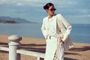 [Photo] Á hậu Hoàng Thùy tạo dáng 'cực ngầu' bên bờ biển Nha Trang