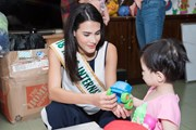 Đương kim Hoa hậu thế giới mang Trung Thu tới trẻ khuyết tật Việt Nam