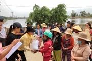 [Photo] Hoa hậu Hoàn vũ tận tay trao quà cho đồng bào miền Trung