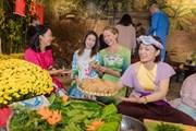 Bạn bè quốc tế hào hứng diện áo dài trải nghiệm Tết cổ truyền Việt Nam