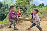 [Photo] Những trò chơi tự chế ngộ nghĩnh của trẻ em Tây Bắc