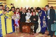 Hình ảnh Chủ tịch Triều Tiên Kim Jong-un đánh thử đàn bầu Việt Nam