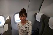 Hình ảnh Đoàn Thị Hương trên máy bay về nước sau khi được trả tự do