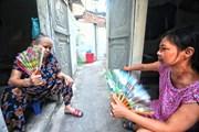 Thời tiết oi nóng, ngột ngạt 'bủa vây' những xóm trọ nghèo ở Hà Nội
