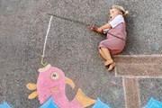 Người mẹ dùng phấn màu tạo ra những cuộc phiêu lưu tuyệt đẹp cho con