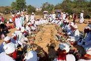 Người Chăm Bà Ni ở Bình Thuận thực hiện nghi lễ tảo mộ