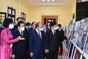 Tổng Bí thư, Chủ tịch nước Lào tham quan trưng bày ảnh của TTXVN