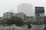 [Photo] Mưa lớn gây ngập và tắc một số tuyến phố tại Hà Nội