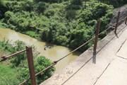 Điện Biên: Thót tim cảnh người dân đánh đu tính mạng với 'tử thần'