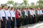 [Photo] Chủ tịch Quốc hội dâng hương tưởng niệm liệt sỹ ở Vĩnh Long