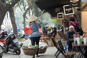 [Photo] Tái diễn tình trạng lấn chiếm vỉa hè, lòng đường ở Hà Nội