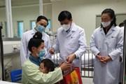[Photo] Tặng quà cho bệnh nhân phải đón năm mới trong bệnh viện