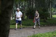 Người Hà Nội vẫn tập thể dục nơi công cộng bất chấp yêu cầu tạm dừng