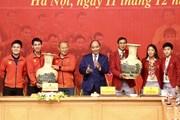 Thủ tướng trao quà cho đội tuyển bóng đá nữ và U22 Việt Nam