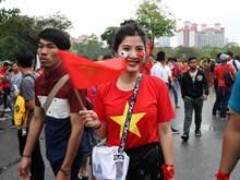 Hình ảnh cổ động viên náo nức trước trận quyết đấu Việt Nam-Malaysia