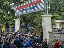 'Phá rào' trèo vào trụ sở VFF đòi mua vé trận Việt Nam-Malaysia