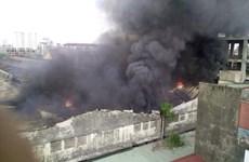 [Video] Kho chứa của Công ty Ôtô Cơ khí Hòa Bình bốc cháy dữ dội