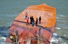 Tiến hành trục vớt tàu Hoàng Phúc 18 bị chìm trên sông Soài Rạp