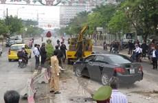 [Photo] Xe điên đâm vào dải phân cách, lật ngửa giữa đường