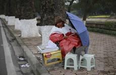 [Photo] Muôn cách đối phó với cái rét của người dân Hà Nội