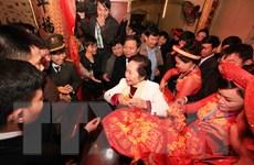 [Photo] Người dân nô nức đi Lễ phát lương Đức Thánh Trần