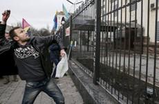 [Video] Người Ukraine tức giận ném đá vào Đại sứ quán Nga ở Kiev