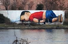 Bức graffiti khổng lồ về cái chết đầy ám ảnh của em bé Alan Kurdi