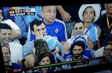 Cổ động viên Argentina cố tình ăn gỉ mũi trêu Joachim Loew