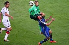Cận cảnh pha đấm bóng khiến Higuain suýt ngất xỉu