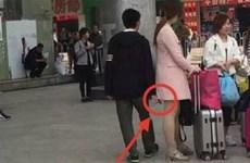 Kẻ biến thái chụp trộm ảnh 'nóng' phụ nữ váy ngắn ở bến xe buýt