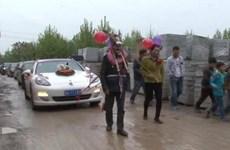 Sốc: Bố mẹ chú rể hóa trang thành lừa, kéo xe Porsche chở cô dâu