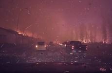 """Cận cảnh ôtô vượt """"biển lửa"""" và khói mù do cháy rừng ở Canada"""