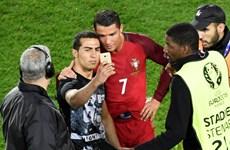 Ronaldo gượng cười selfie cùng fan sau khi sút hỏng penalty