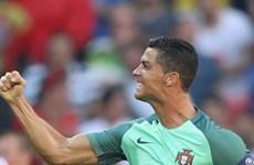 """Cristiano Ronaldo lập hàng loạt kỷ lục sau khi """"cứu"""" Bồ Đào Nha"""