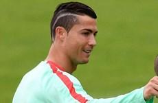 """Ronaldo khoe kiểu tóc mới """"giải đen"""" trước trận gặp Xứ Wales"""
