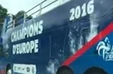 """Pháp """"tẽn tò"""" vì chuẩn bị sẵn xe bus diễu hành chức vô địch EURO"""
