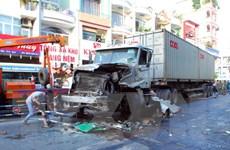 [Video] container tông xe buýt, hơn chục người phải cấp cứu