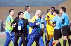 Cận cảnh pha bóng gây tranh cãi khiến HLV Thanh Hóa nổi giận